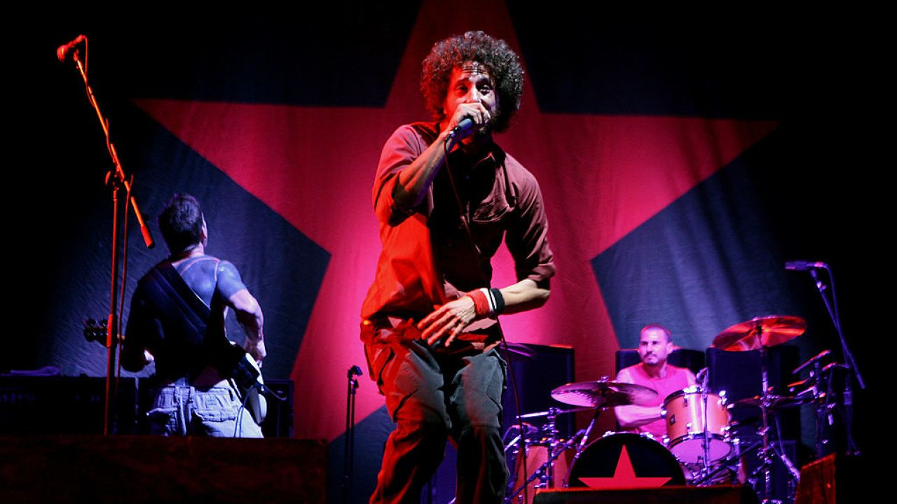 Rage Against the Machine se apresentando em show.