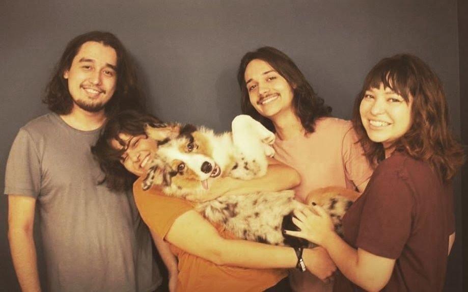 The Zasters e um cão posam para a foto.