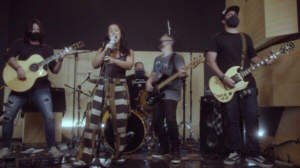 Evelyn Castro mostra potência em cover de Foo Fighters - Blog n' Roll